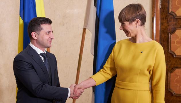 Zelensky mantiene una conversación telefónica con la presidenta de Estonia