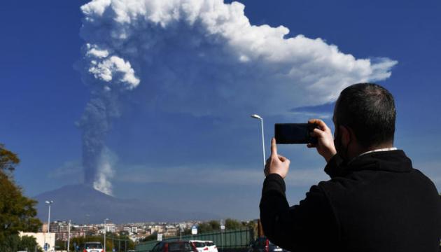 На Сицилии бушует Этна: пыль от 9-километрового столба покрыла соседние города