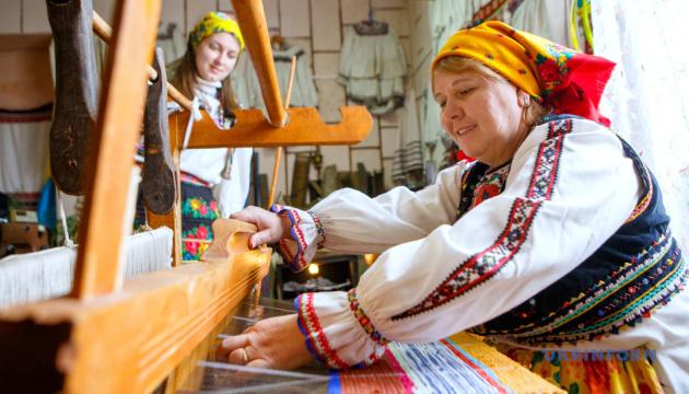 На Закарпатті у сільському музеї під час пандемії почали навчати ткацтва й виготовляти гуні
