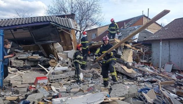 Взрыв в Киеве разрушил двухэтажное здание - под завалами ищут людей