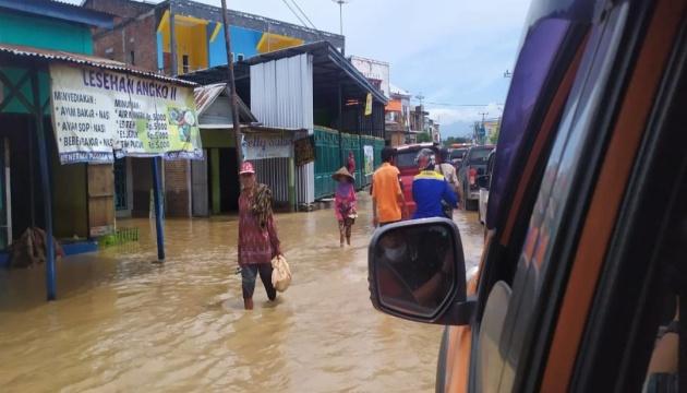 Пів сотні людей загинули від зсуву та повені в Індонезії