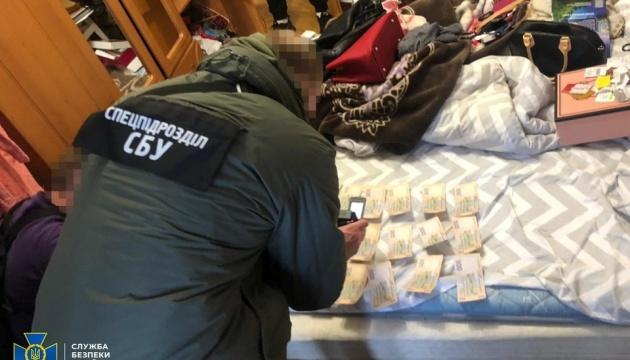 На Рівненщині шахраї продавали фальшиву валюту, яку не ідентифікував навіть детектор