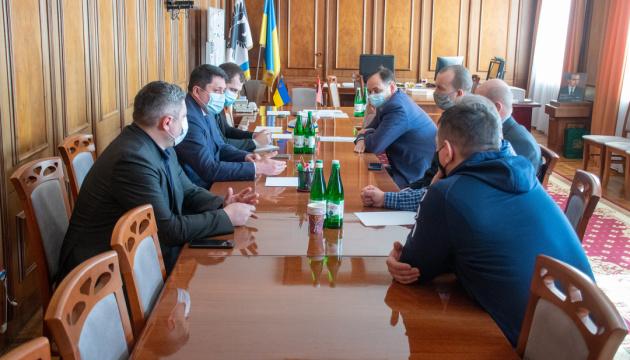 Мэр Франковска и предприниматели требуют открыть промышленные рынки и магазины