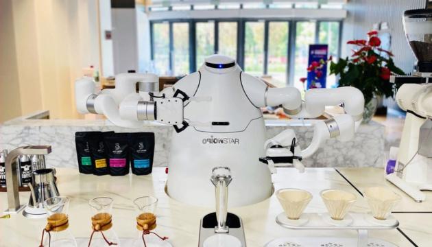 В Китае создали робота, который заваривает кофе без вмешательства человека