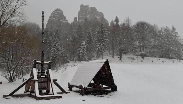На Львовщине средневековую крепость Тустань засыпало апрельским снегом