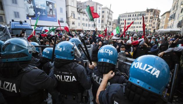 Протесты из-за локдауна в Риме закончились столкновениями с полицией