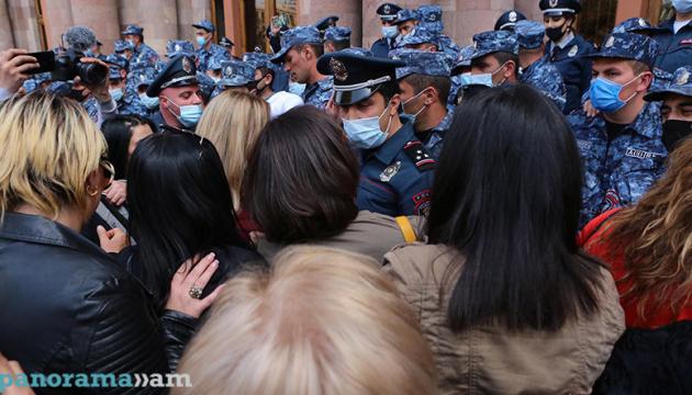 У Вірменії жінки спробували штурмувати будівлю уряду, сталися сутички