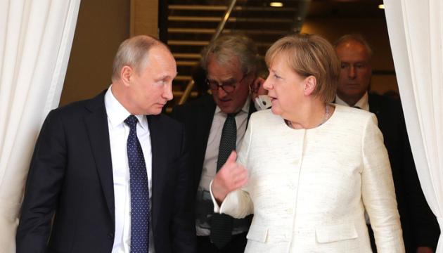 Angela Merkel demande à Vladimir Poutine de réduire ses troupes à la frontière ukrainienne