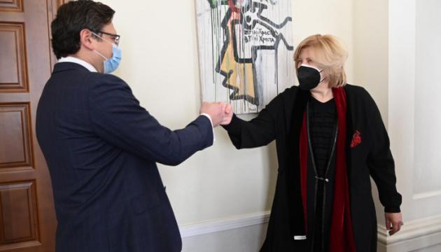 Kuleba y Mijatović discuten la protección de los derechos humanos en territorios temporalmente ocupados