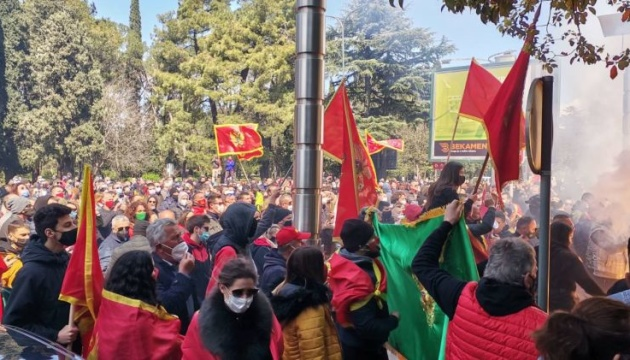 В Черногории митинг против упрощения процедуры предоставления гражданства собрал сотни людей