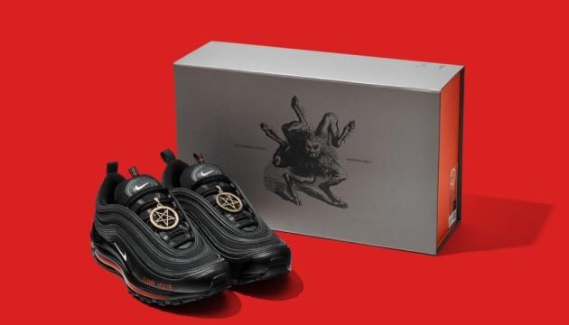 Виробник «сатанинських» кросівок Nike погодився відкликати їх із продажу