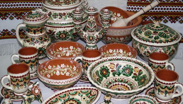 Українських дітей на Кіпрі запросили до розпису у стилі Косівської кераміки