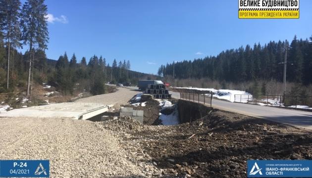 На Прикарпатті на дорозі Р-24 ремонтують і будують мости