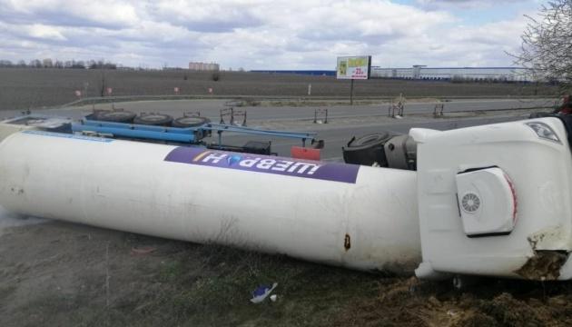 На Київщині перекинулася цистерна з рідким киснем - дорогу перекрили