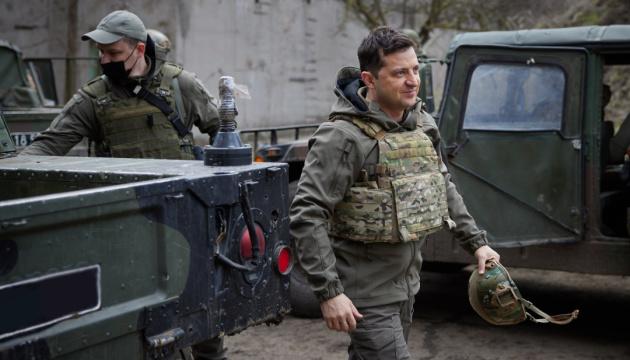 Präsident Selenskyj übernachtet im Frontgebiet und besucht Armeestellungen an der Frontlinie