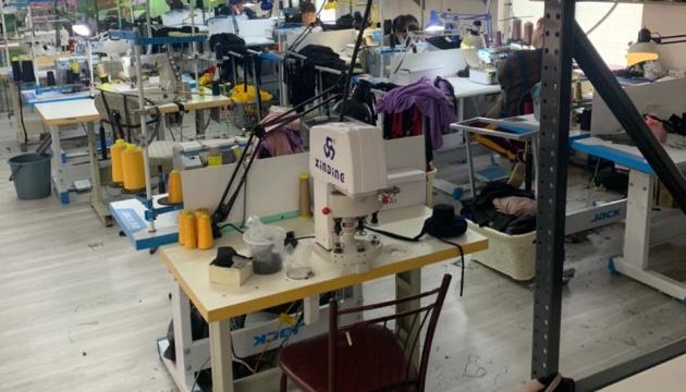 В Одесі викрили підпільні цехи, на яких штампували «брендовий» одяг