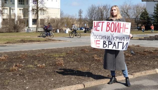Перехожі аплодували: у російському Пскові жінка вийшла на одиночний пікет з плакатом «Ні війні»