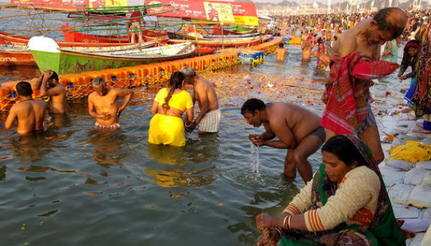 COVID-статистика не пугает индусов: в священной реке Ганг - массовое купание