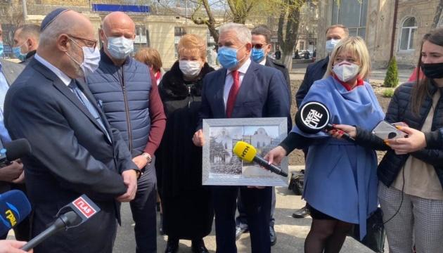 Посол Ізраїлю відкрив в Одесі мурал і годинник, присвячені пам'яті письменника Жаботинського