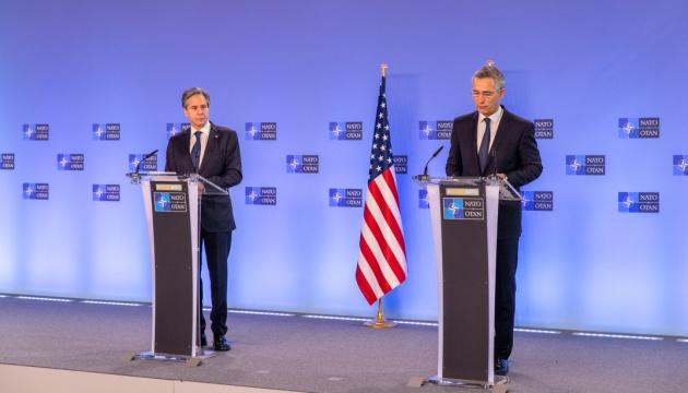 Блінкен і Столтенберг обговорили агресивне скупчення військ РФ біля України