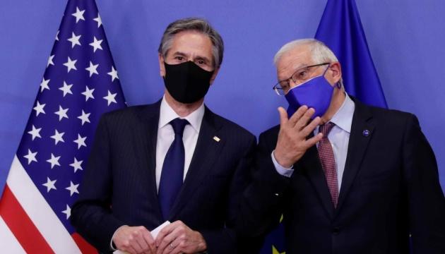 Боррель і Блінкен висловили занепокоєння військовими силами Росії на кордонах України