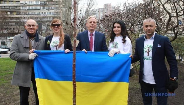 В Киеве высадили Аллею свободы слова
