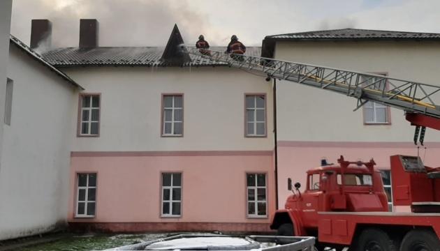 На Прикарпатье горит больница, эвакуировали 37 человек