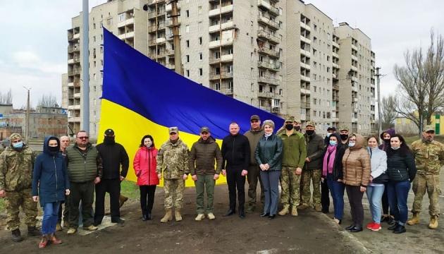 В Авдеевке на въезде со стороны Донецка установили флаг Украины