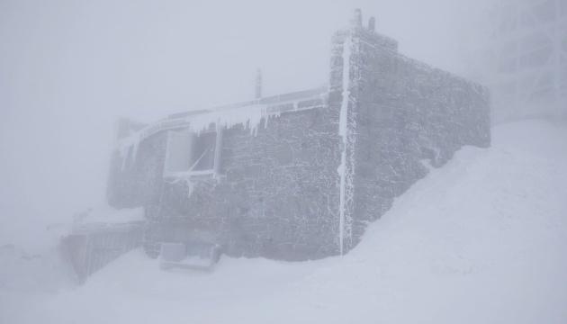 В Карпатах - снег и метель