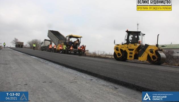 На трасі Лисичанськ – Бахмут щоденно укладають півтора кілометра покриття