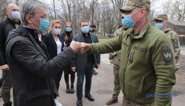 КПВВ «Щастя», госпіталь і театр: Ткаченко з іноземними журналістами відвідав зону ООС