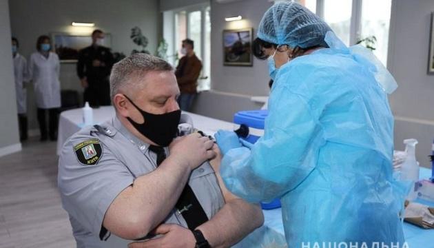 У поліції Києва почали COVID-щеплення: кого вакцинували у першу чергу