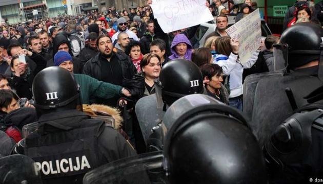 В столице Боснии и Герцеговины люди требовали вакцин и усиления карантина