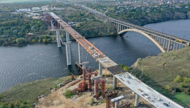На вантовому мосту в Запоріжжі завершують монтаж тимчасових опор