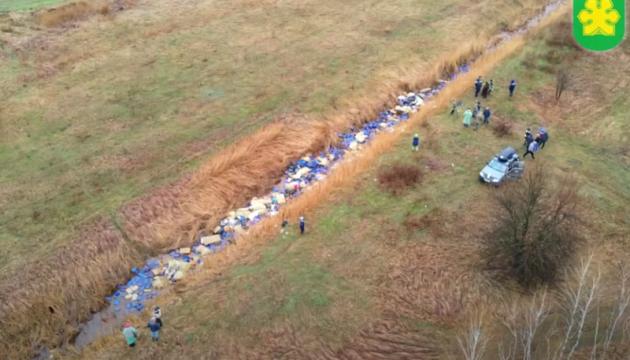 На Київщині з річки витягли тисячі каністр із хімікатами