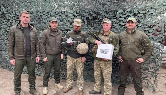 Депутати Ради передали військовим на передовій чотири дрони