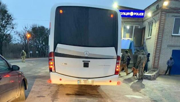 Під Харковом затримали автобуси з «тітушками», які їхали створювати картинку для росЗМІ