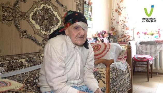 Ternopil: Die aus der Krim stammende 99-jährige Iryna Kurowa gegen Corona geimpft