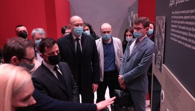 Зеленський, Шмигаль і гендиректор МАГАТЕ відкрили виставку «Чорнобиль. Подорож»