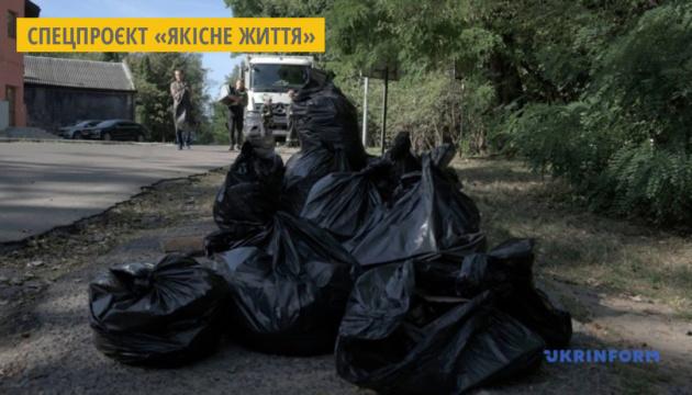 Підліток у Києві самостійно прибрав вулицю від сміття