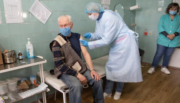 Вакцинація людей 65+ розпочалася раніше - і це правильно