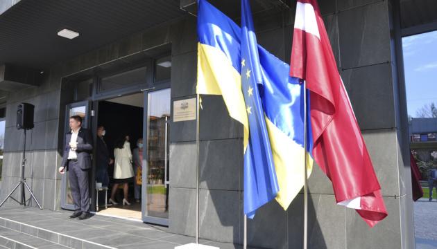 В Славянске открыли почетное консульство Латвии