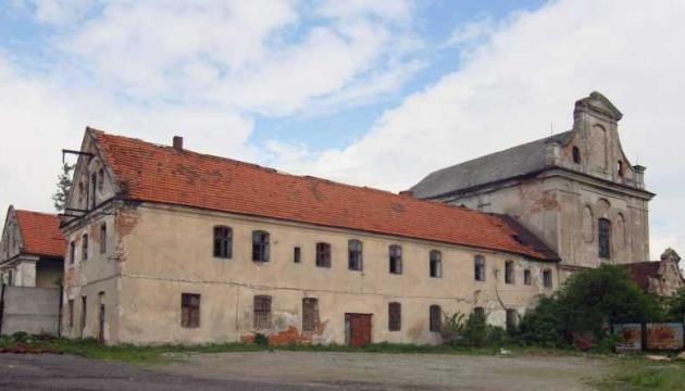 У Рава-Руській на території монастиря XVIII століття самочинно будують склади