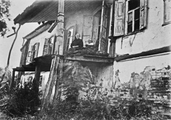 дружина Панаса Мирного Олександра Рудченко у своєму будинку. 1930-ті рр.
