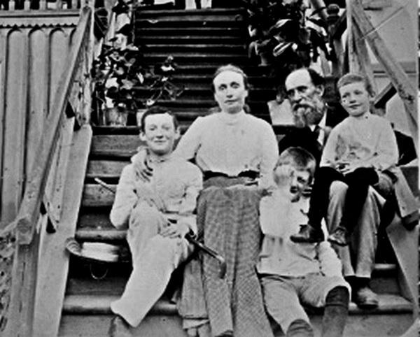 Родина Панаса Мирного на сходах власного будинку в Полтаві