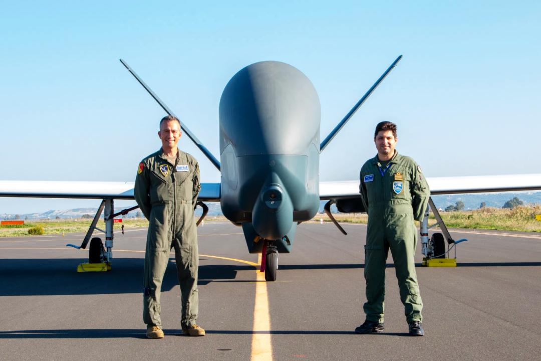 """керівник програми """"AGS"""" НАТО бригадний генерал Х'юстон Кантвелл та його заступник полковник Стефано Б'янка перед п'ятим """"RQ-4D Global Hawks"""" 1"""