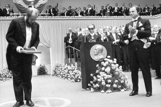 Олександр Солженіцин отримує Нобелівську премію