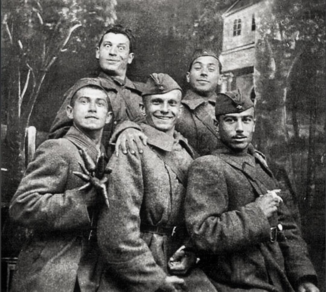 Юрій Тимошенко (у нижньому ряду в центрі) та Юхим Березін (праворуч у верхньому ряду) - артисти концертної бригади ансамблю пісні і танцю Південно-Західного фронту, 1942 р.