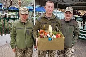 Українські військові отримали великодні подарунки на кошти, зібрані українками Бельгії