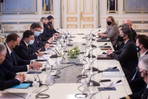 Корумповані сили в Україні і агресія Росії прагнуть досягти однакових цілей – Блінкен